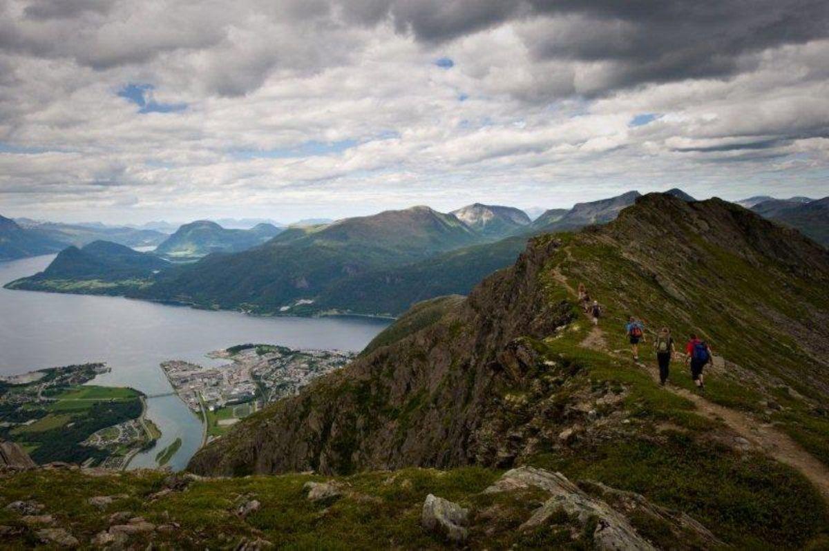 Tatt vest for Mjelvaskaret retning Nesaksla med utsikt ned til Åndalsnes.