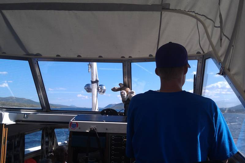 Kaptein Bendik kjører båt etter rute hele sommeren