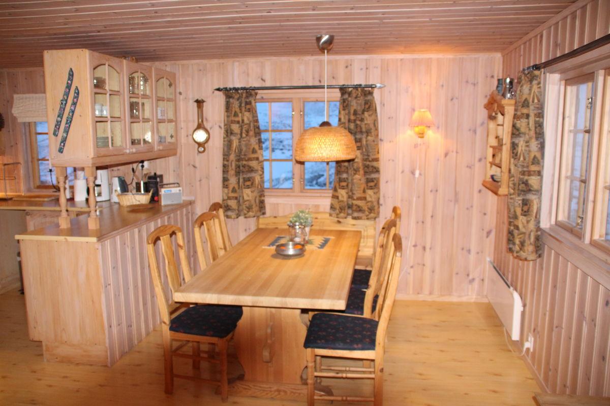 Åpen stue/kjøkken-løsning. Spiseplass til 10.