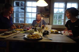 Man kommer tett på under måltidene på Schulzhytta. - Foto: Mari Nygård