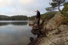 Ta gjerne med fiskestanga til Falkodden. Det er flott ørret i Drangsholtvann. Husk å kjøpe fellesfiskekort for Kristiansand. - Foto: Lars Jøran Sundsdal