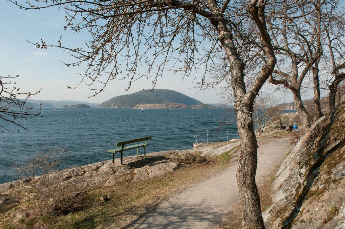 Vandring gjennom Drøbaks badepark med utsikt ut mot Oscarsborg, Håøya, Bergholmen og over til Hurumlandet.