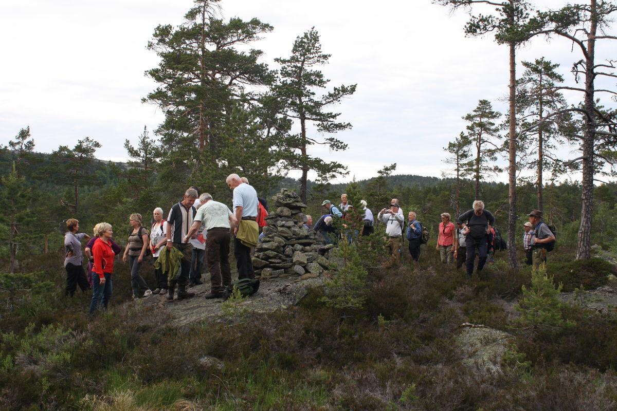 Ovnen - varden ved Ormtjennhovet.Denligger påfylkesgrensa mellom Aust-Agder og Telemark og kommunegrensa mellom Vegårshei, Gjerstad og Nissedal