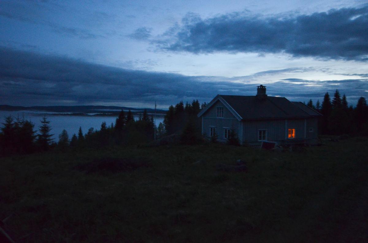Sommernatt på Finnskogen. Helt stille, temmelig mørkt.