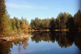 Idylliske Postvann 180 m.o.h. ligger like sør for Sætersbergåsen. Stien går langs nordsiden av vannet.  -  Foto: Hilde Roland
