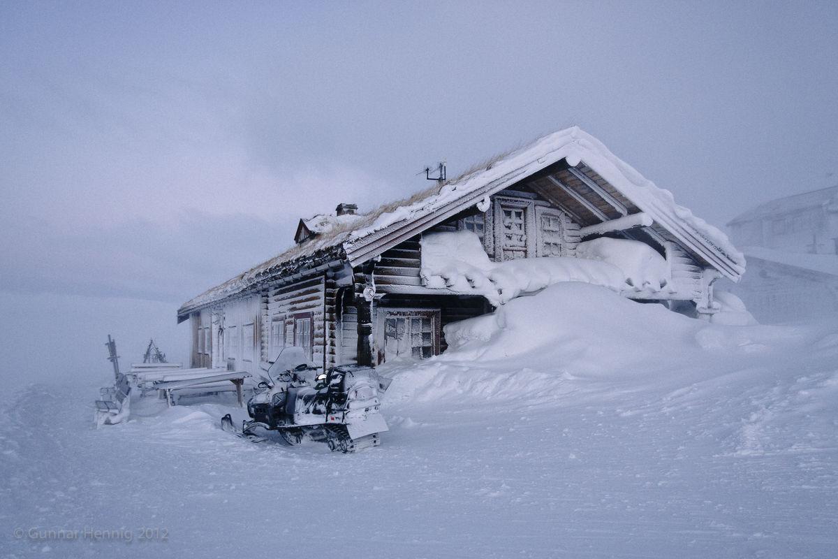 Tuva Turisthytte etter en stormfull natt