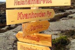 Skiltpeikar i Halshamarvik. - Foto: Kjartan Godø