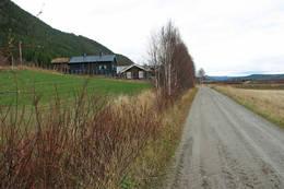 Gjennom gardstun mot Strømen - Foto: Ukjent