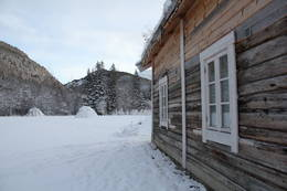 Ved siden av Storjordstua er det satt opp kopi av en tradisjonell samisk boplass (jordgamme og stabbur) - Foto: Hanne Olafsen