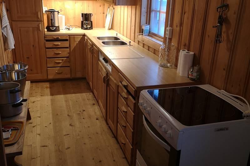 Det er innlagt strøm på hytta og kjøkkenet er utstyr med blant annet komfyr, kaffetrakter og en Vera vannvarmer.