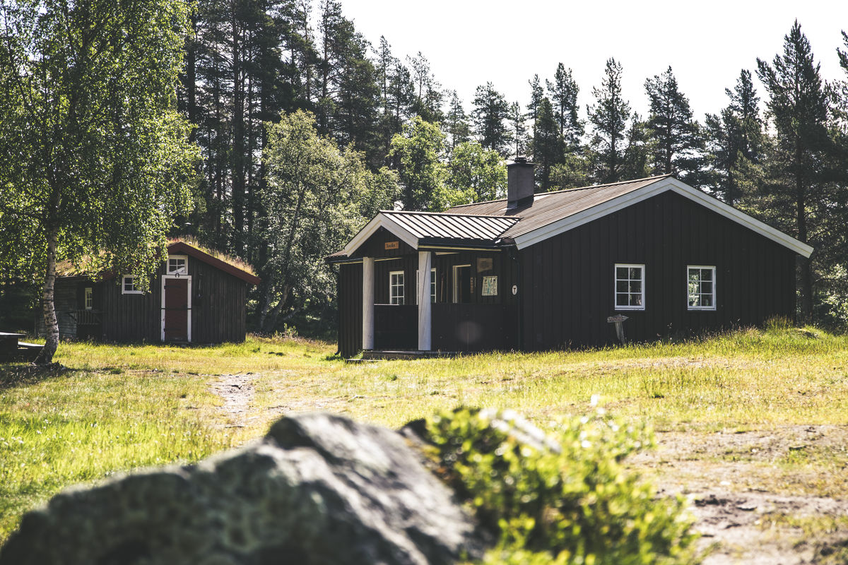 Hytta ligger ikke langt fra innsjøen nedre Roasten, den gode fiske-elva Røa, og Femunden er heller ikke mange kilometrene unna