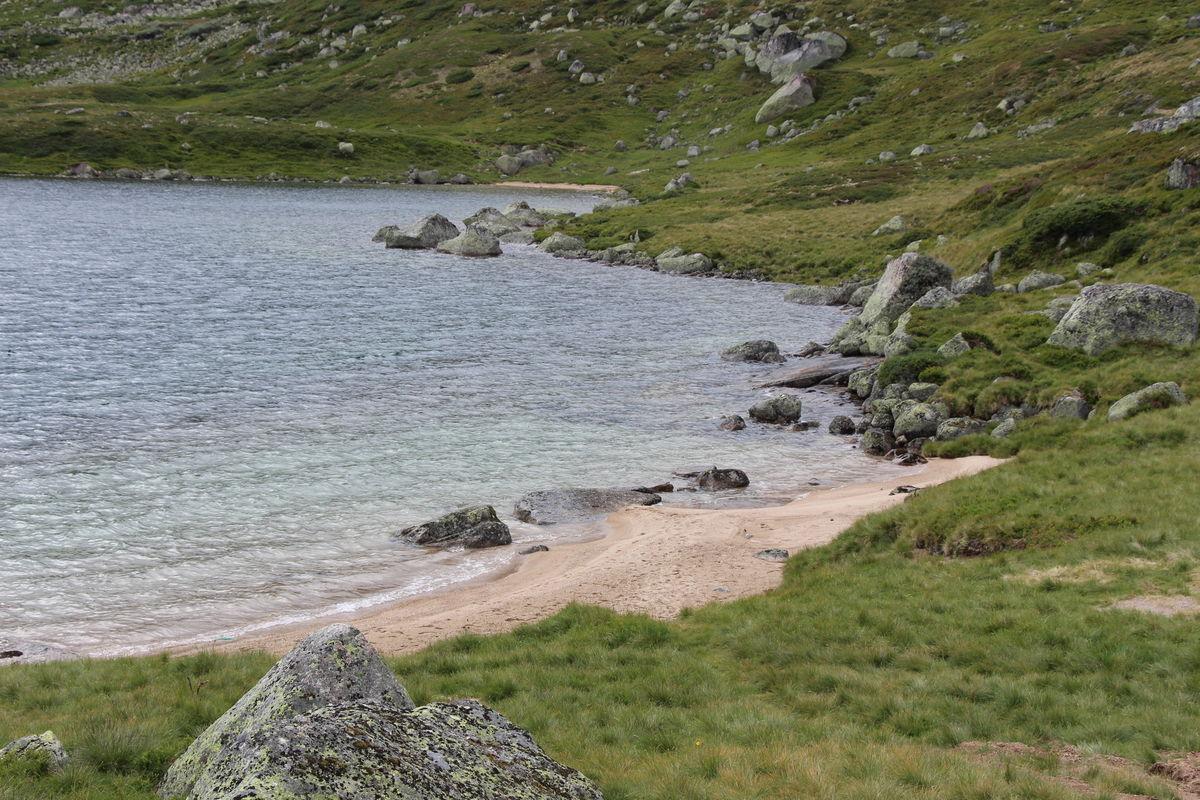 Fin sandstrand nedenfor hytta