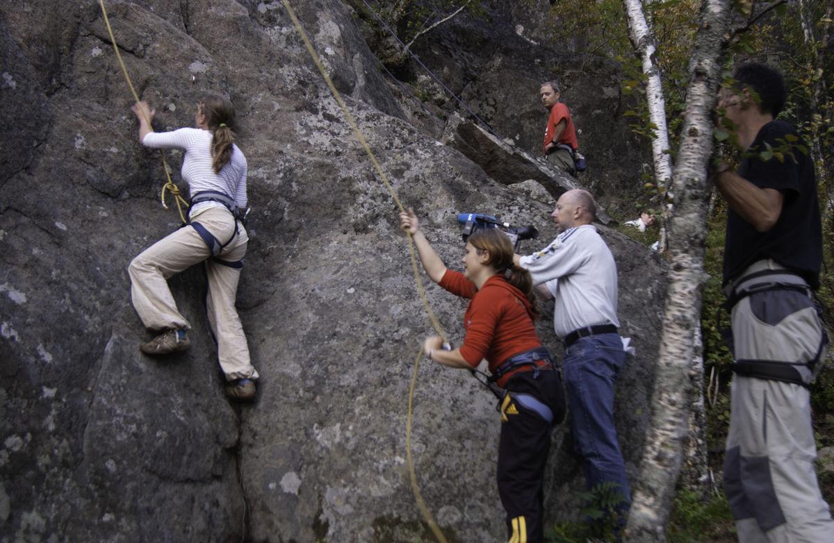 Klatrere igang på klatrefeltet