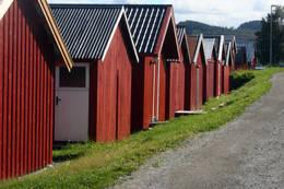 Naustene ligger på rekke og rad på tur inn til Straumen - Foto: Kathrine Kragøe Skjelvan