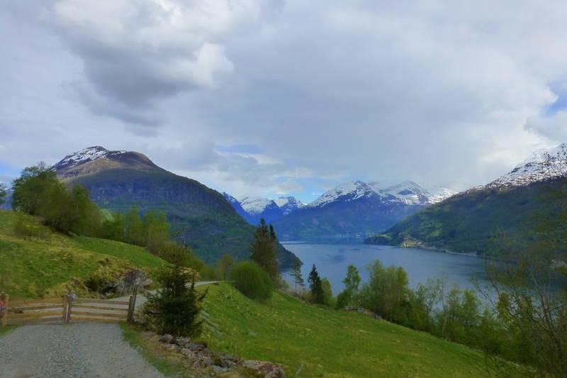 Utsikt mot Olden når ein nærmer seg Øvreberg.