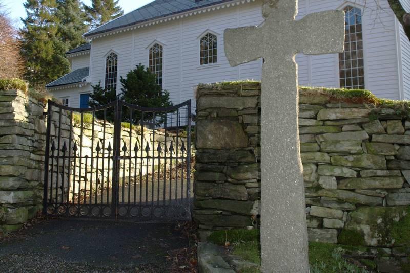 Den keltiske krossen ved kyrkja.
