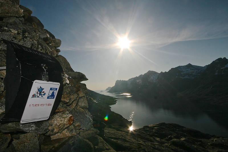 Flott utsikt utover Ersfjorden og en fin topp for barn.