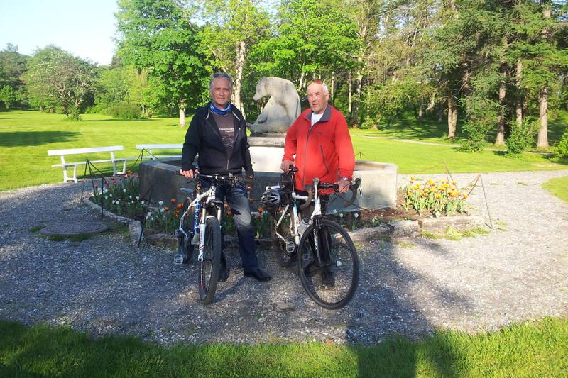 To ivrige syklister foran skulpturen Sittende bjørn i NPS-parken.