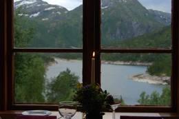 Bordet kan dekkes for to, eller til ti gode venner - Foto: Anneli Stokke Wæhle