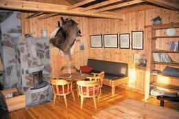 Interiøret i hyttene er beholdt i samme stil som opprinnelig og innholder flere gjenstander og bilder fra epoken - Foto: Stavanger Turistforening