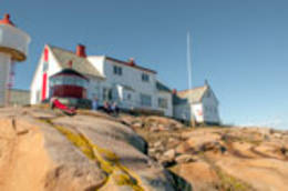Strømtangen fyrstasjon. Huset med tårnet er kystledhytta Fyrvokterleiligheten.  -  Foto: Oslofjordens Friluftsråd