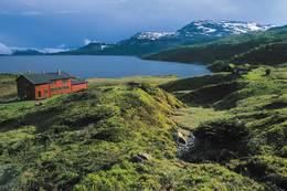 Sandsahytta er Stavanger Turistforenings største ubetjente hytte med 42 senger. Hytta egner seg ypperlig for skoleklasser og lag. Det er gode fiskemuligheter i Sandsavatnet. Vatnet er regulert og hytta egner seg ikke til vinterbruk - Foto: Stavanger Turistforening