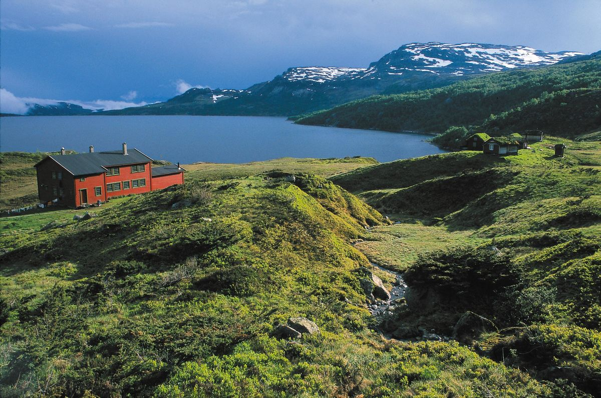 Sandsahytta er Stavanger Turistforenings største ubetjente hytte med 42 senger. Hytta egner seg ypperlig for skoleklasser og lag. Det er gode fiskemuligheter i Sandsavatnet. Vatnet er regulert og hytta egner seg ikke til vinterbruk