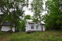 Hytta og uthuset sett fra øst. - Foto: Pål Malm/DOT