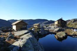 Turisforeningshytte i Bergsdalsfjellene, i Samnanger kommune. Drives av Bergen og Hordaland Turlag. Selvbetjent, 34 senger. Åpen hele året. - Foto: Karl H. Olsen.