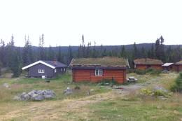 Åkersætra er et stort leirsted, men en av hyttene er ubetjent hytte. Helt bakerst til høyre kan man se utedoen. - Foto: