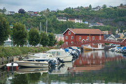 Ødegårdbua ligger i småbåthavna i Holmestrand -  Foto: Oslofjordens Friluftsråd