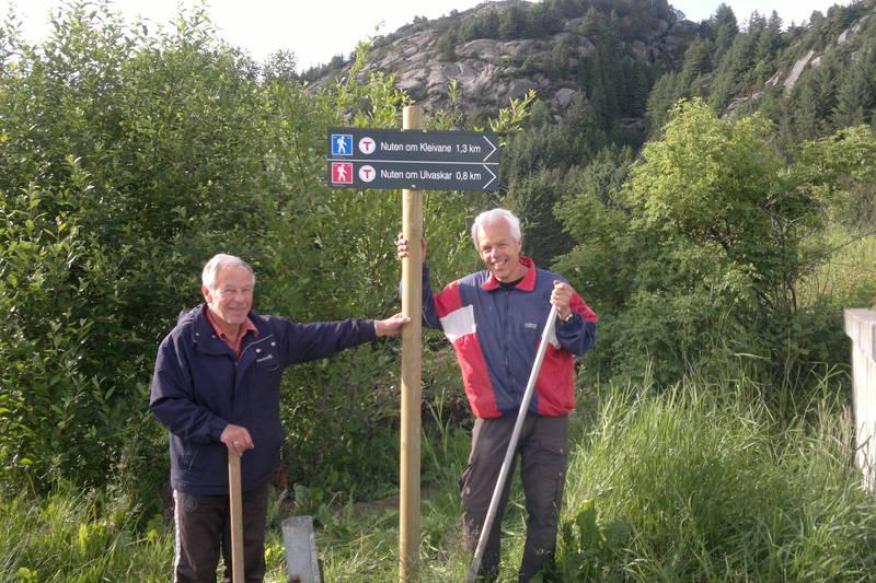 Montering av skilt. Knut Martinussen og Geir Kvassheim.