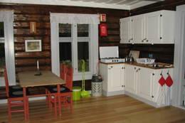 Kjøkkenkrok med kjøkkeninnredning, kjøkkenbord og stoler - Foto: Anne Gallefos Wollertsen/DOT