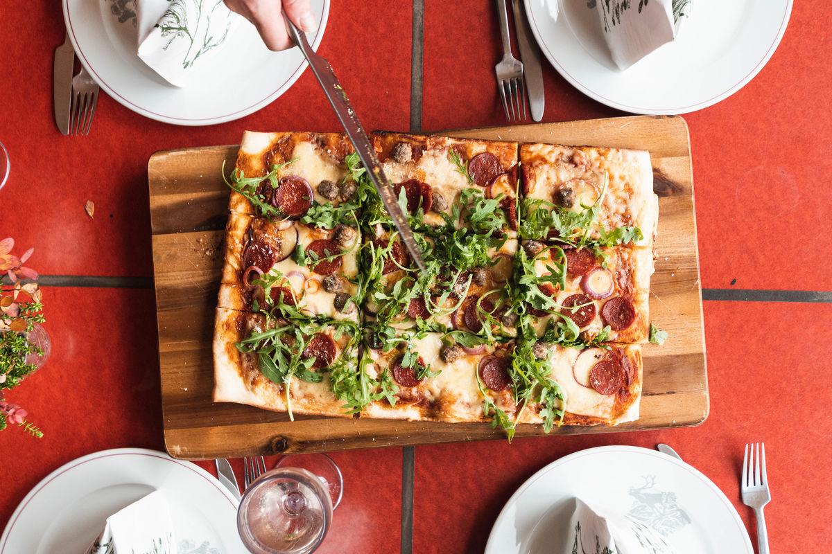 Pizzaen nydelig servert.