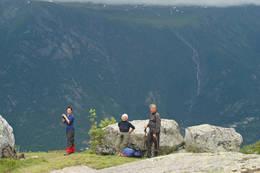 Flott utsikt mot Hardangervidda fra stien mellom Holmaskjer og Odda.  - Foto: Torill Refsdal Aaase