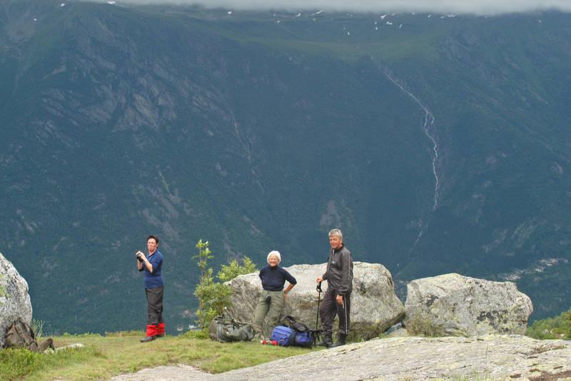 Flott utsikt mot Hardangervidda fra stien mellom Holmaskjer og Odda.