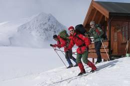 Påsken 2006. Håvard Lia (foran), Arvid Berge og Øystein Lia, Putteggenden 1501 moh. i bakgrunnen - Foto: Torfinn Evensen