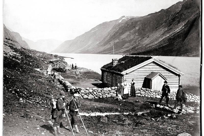GJENDEBODEN: Gjendebu er den eldste av DNTs hytter som fortsatt er i drift - her besøkende utenfor daværende Gjendeboden i 1878.