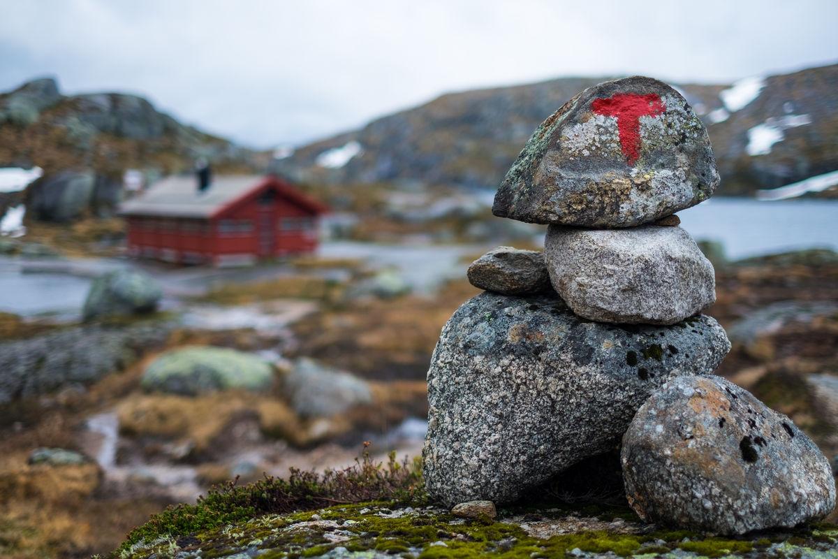 Kort vei. Når veien til Lysebotn er åpen er det ikke mer enn en kilometers vandring inn til hytta. Det gjør den ideell for barnefamilier.