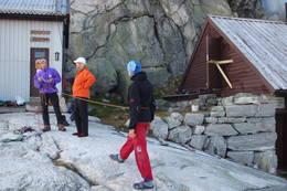 Turleder Carl-Einar viser Ingela og Erik noen sikringsteknikker  - Foto: Margareta Ivarsson