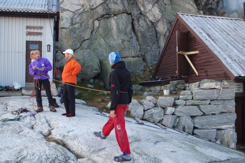 Turleder Carl-Einar viser Ingela og Erik noen sikringsteknikker