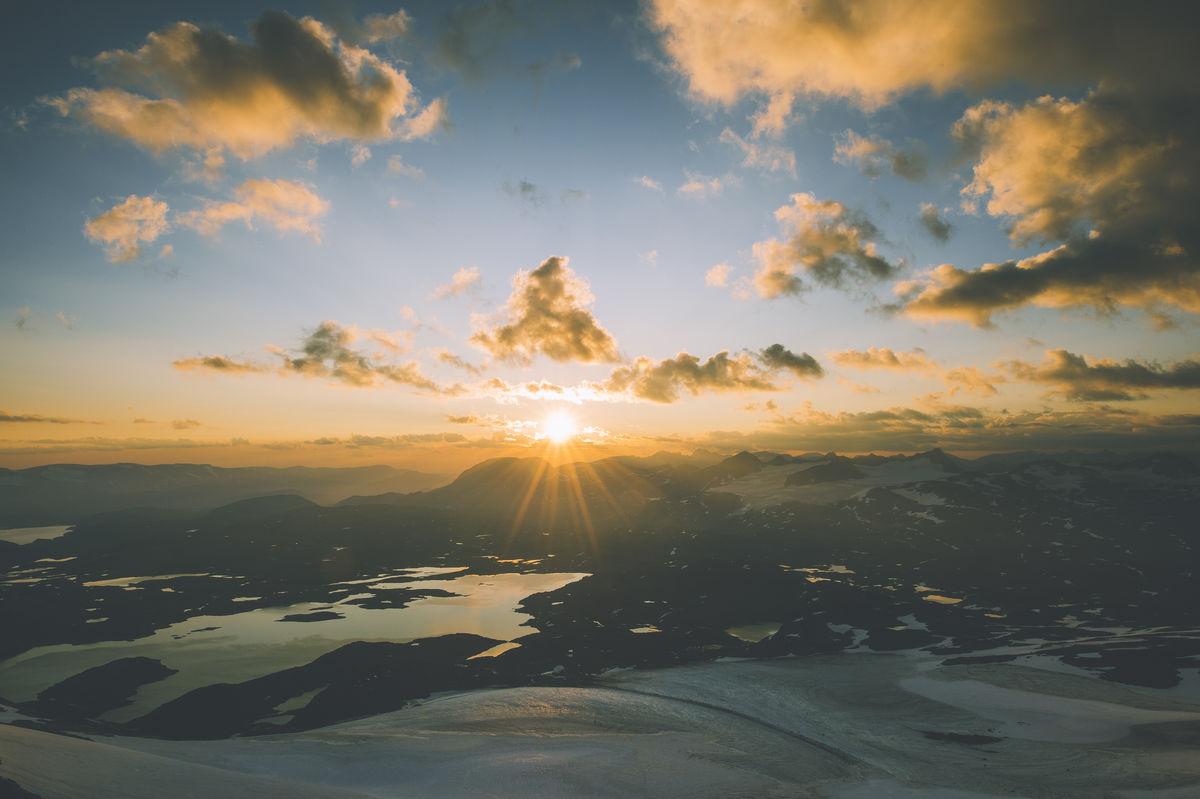 Fra Fannaråkhytta har du godt utsyn når solen står opp i øst.