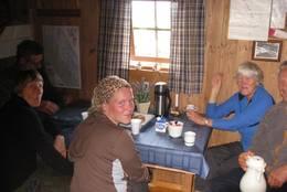 Turdeltakere med rast inne, høsten 2010 - Foto: Eva Jønsrud