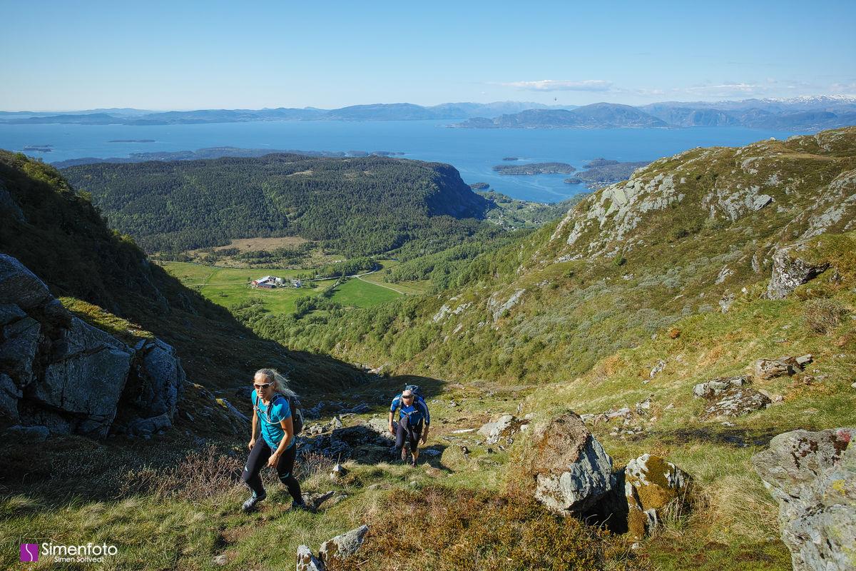På vei opp. Utsikt mot Myrdal, Bjørnefjorden, Os og Fusa