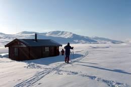Sikringshytta er ei saltdalshytte bygget i 1986. I bakgrunn utsikt over Søndre Bjøllåvatn - Foto: Trond Haave