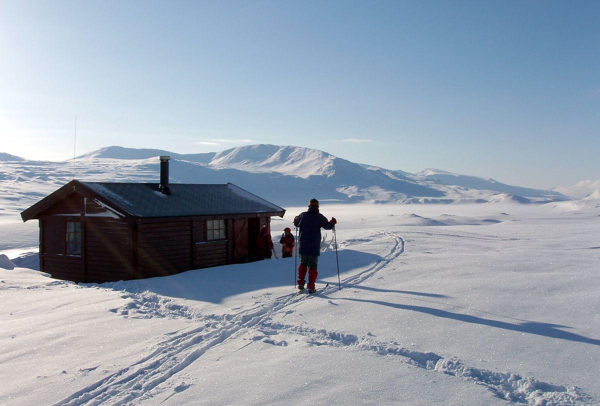 Sikringshytta er ei saltdalshytte bygget i 1986. I bakgrunn utsikt over Søndre Bjøllåvatn