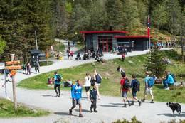 Deltagerne på 7-fjellsturen som hvert år arrangeres i Bergen, passerer hytten på Midtfjellet -  Foto: Eirik Hagesæter
