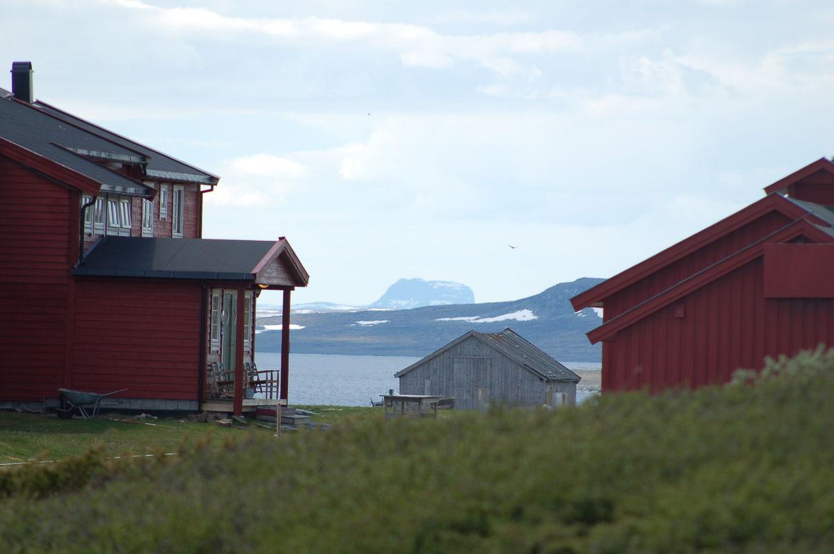Rauhelleren turisthytte med toppen Hårteigen i bakgrunnen