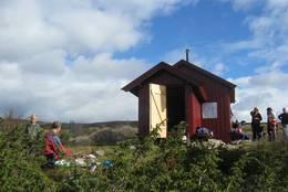 Vedskjul og sittebenker utenfor - Foto: Eva Jønsrud