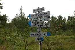 På Heimyra står det skiltstolpe som viser vei til alle turmålene i dette området.  - Foto: Hilde Roland
